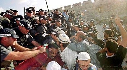 Palesztinok és izraeli rohamrendőrök csapnak össze a Templom Dombon 2000. szeptember 28-án