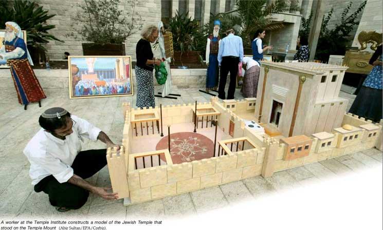 A Templomintézet egyik munkatársa a harmadik templom makettjét állítja össze