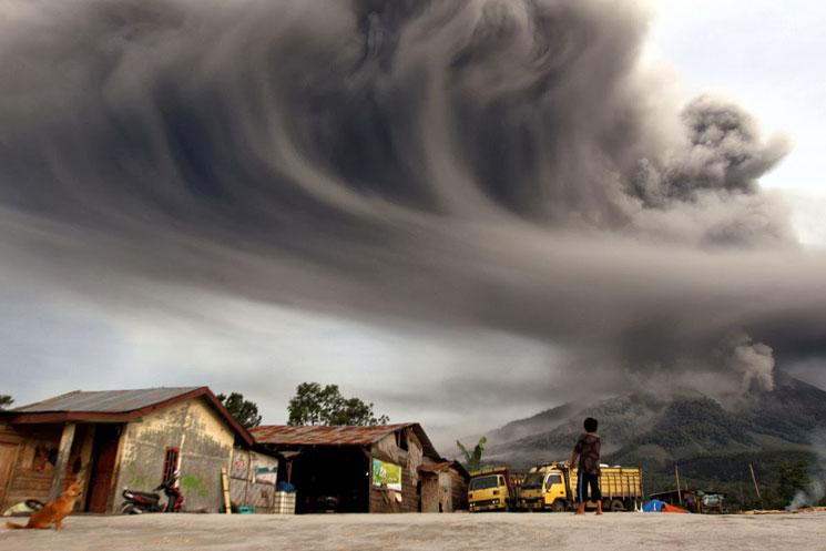 Hamufelhő a Sinabung vulkán felett