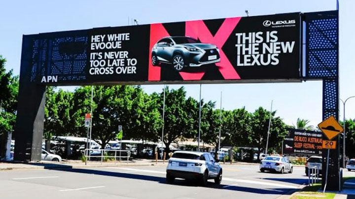 ?Hé, fehér Evoque! Sohase késő váltani. Ez az új Lexus.?