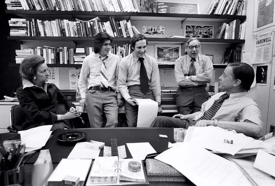 Balról jobbra: Katharine Graham, Carl Bernstein, Bob Woodward, Howard Simons és Ben Bradlee